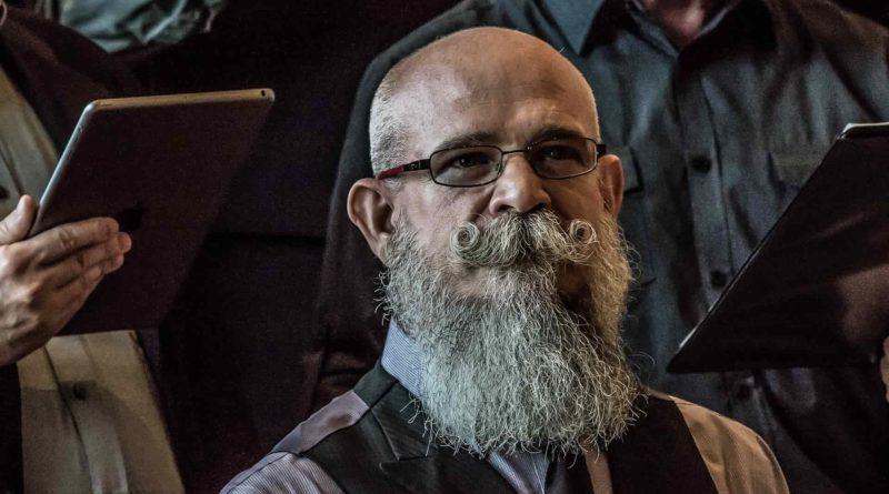Homme avec une belle barbe